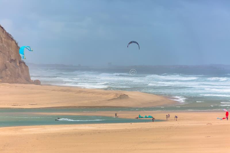Άποψη του αθλητισμού επαγγελματιών που ασκεί τον ακραίο αθλητισμό ικτίνος-που επιβιβάζεται στη λιμνοθάλασσα Obidos στοκ φωτογραφία με δικαίωμα ελεύθερης χρήσης
