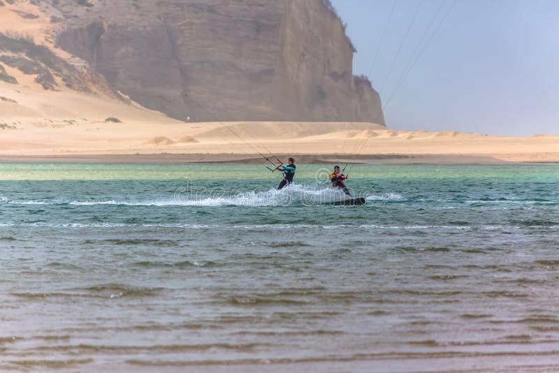 Άποψη του αθλητισμού επαγγελματιών που ασκεί τον ακραίο αθλητισμό ικτίνος-που επιβιβάζεται στη λιμνοθάλασσα Obidos στοκ εικόνα με δικαίωμα ελεύθερης χρήσης