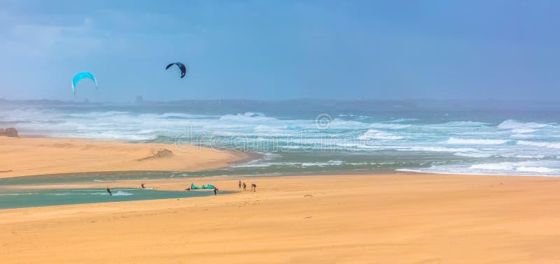 Άποψη του αθλητισμού επαγγελματιών που ασκεί τον ακραίο αθλητισμό ικτίνος-που επιβιβάζεται στη λιμνοθάλασσα Obidos στοκ φωτογραφία