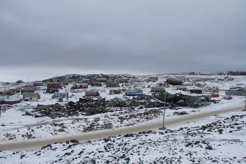 Άποψη του ακρωτηρίου Dorset, Nunavut με ένα στρώμα του χιονιού στο έδαφος στοκ φωτογραφία