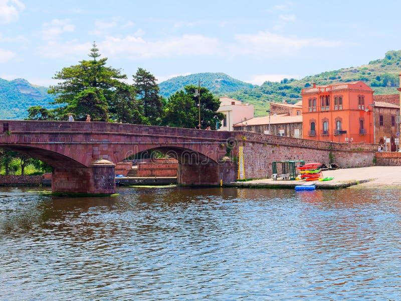 Άποψη του αναχώματος γεφυρών και ποταμών στην πόλη Bosa επαρχία Oristano, Σαρδηνία, Ιταλία στοκ φωτογραφία με δικαίωμα ελεύθερης χρήσης