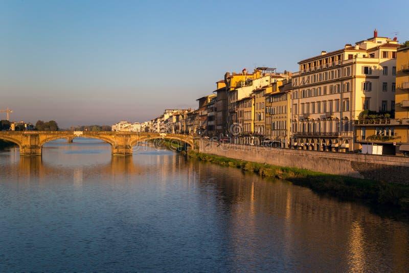 Άποψη του αναχώματος του ποταμού Arno στη Φλωρεντία στοκ εικόνες
