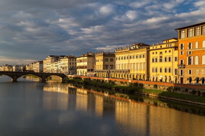 Άποψη του αναχώματος του ποταμού Arno στη Φλωρεντία στοκ φωτογραφία με δικαίωμα ελεύθερης χρήσης