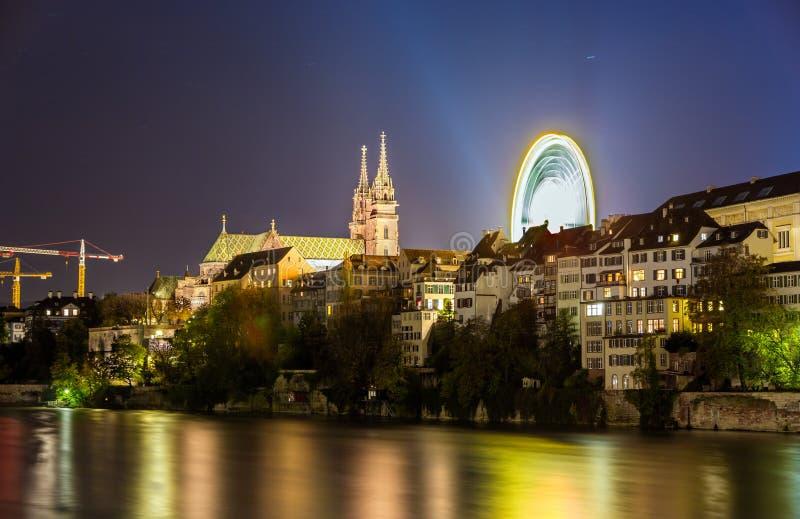 Άποψη του αναχώματος της Βασιλείας με τον καθεδρικό ναό - Ελβετία στοκ εικόνες
