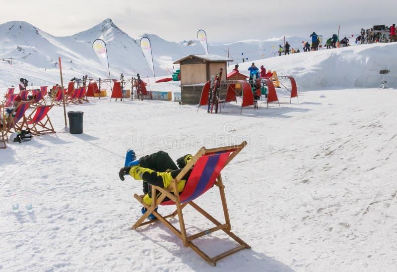 Άποψη του ατόμου που στηρίζεται στην καρέκλα στα βουνά Χιονοδρομικό κέντρο Livigno στοκ εικόνα με δικαίωμα ελεύθερης χρήσης