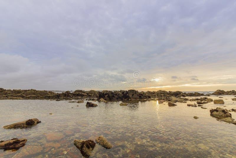 Άποψη του Ατλαντικού Ωκεανού ηλιοβασιλέματος στη δύσκολη παραλία Dar Bouazza στοκ φωτογραφίες