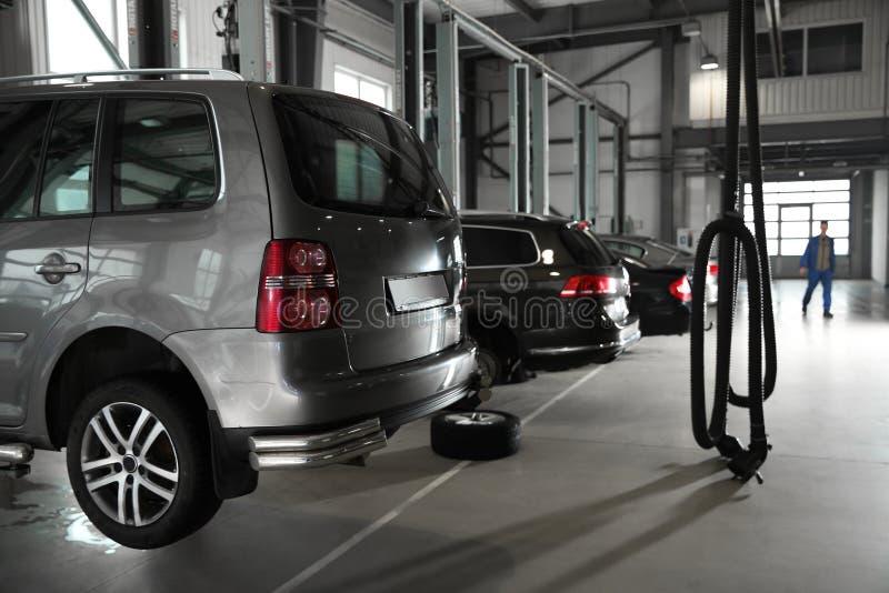 Άποψη του αυτοκινητικού καταστήματος επισκευής με τα αυτοκίνητα στοκ εικόνες με δικαίωμα ελεύθερης χρήσης