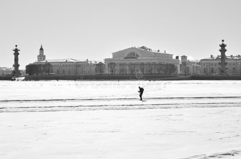 Άποψη του βέλους του νησιού Vasilievsky και του παγωμένου ποταμού Neva στοκ εικόνες
