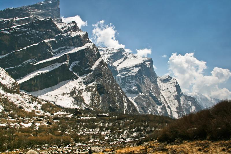 Άποψη του βουνού και του ποταμού με το νεφελώδη ουρανό στον τρόπο από το MBC σε Sinuwa, Νεπάλ, Ιμαλάια, Ασία στοκ φωτογραφία με δικαίωμα ελεύθερης χρήσης