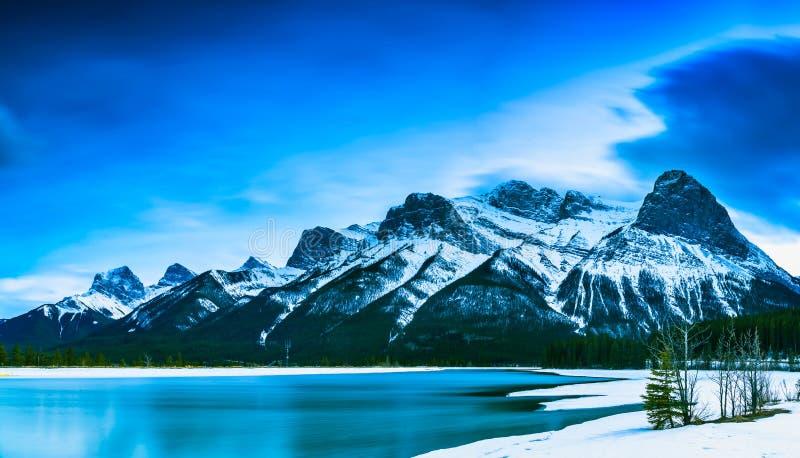 Άποψη του βουνού και της λίμνης σε Canmore, Αλμπέρτα, Καναδάς στοκ εικόνα με δικαίωμα ελεύθερης χρήσης