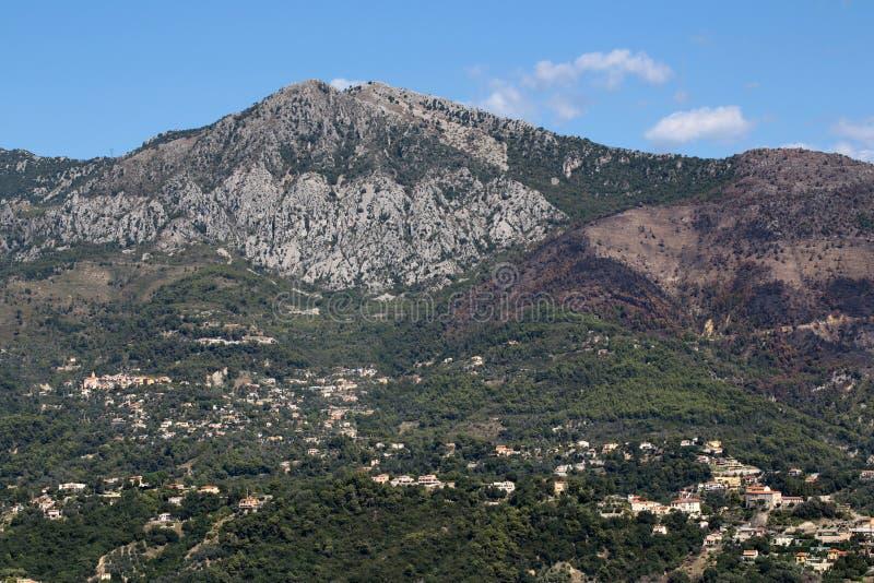 Άποψη του βουνού με την πόλη στοκ εικόνα