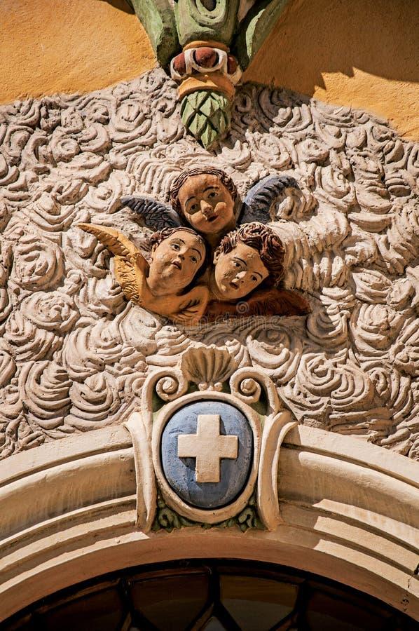Άποψη του γλυπτού των προσώπων των αγγέλων στην πρόσοψη εκκλησιών Vence στοκ φωτογραφία