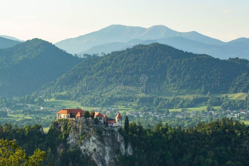Άποψη του διάσημου κάστρου επάνω από την αιμορραγημένη λίμνη, Σλοβενία στοκ φωτογραφία