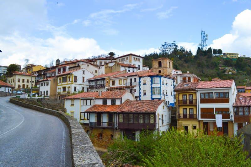 Άποψη του δρόμου και των σπιτιών Lastres, αστουρίες, Ισπανία, ένας μικρός στοκ φωτογραφία
