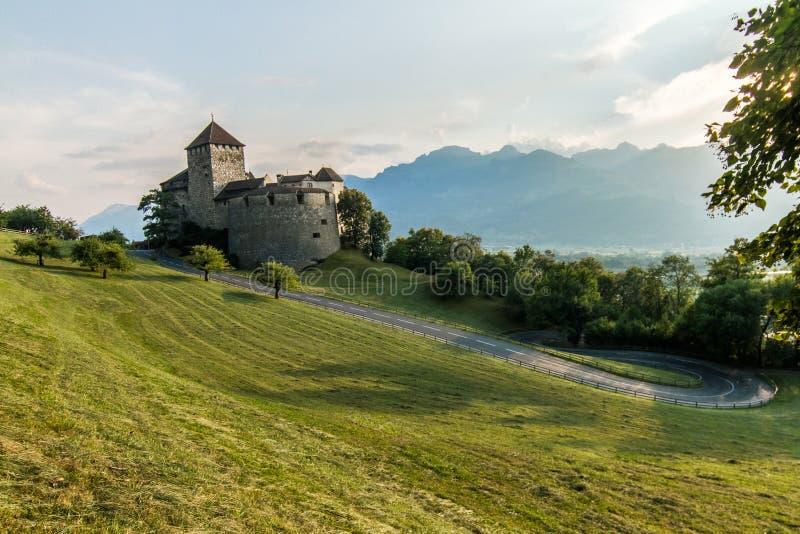 Άποψη του δρόμου που οδηγεί στο κάστρο Vaduz στο Λιχτενστάιν στοκ φωτογραφίες