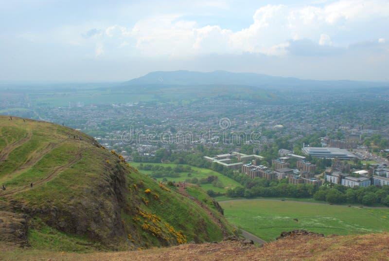 Άποψη του Εδιμβούργου από το κάθισμα του Άρθουρ ` s στοκ εικόνα