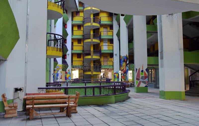 Άποψη του εξωτερικού κατοικημένου κτηρίου με τα ζωηρόχρωμα χρώματα και τα σχέδια στοκ φωτογραφίες με δικαίωμα ελεύθερης χρήσης