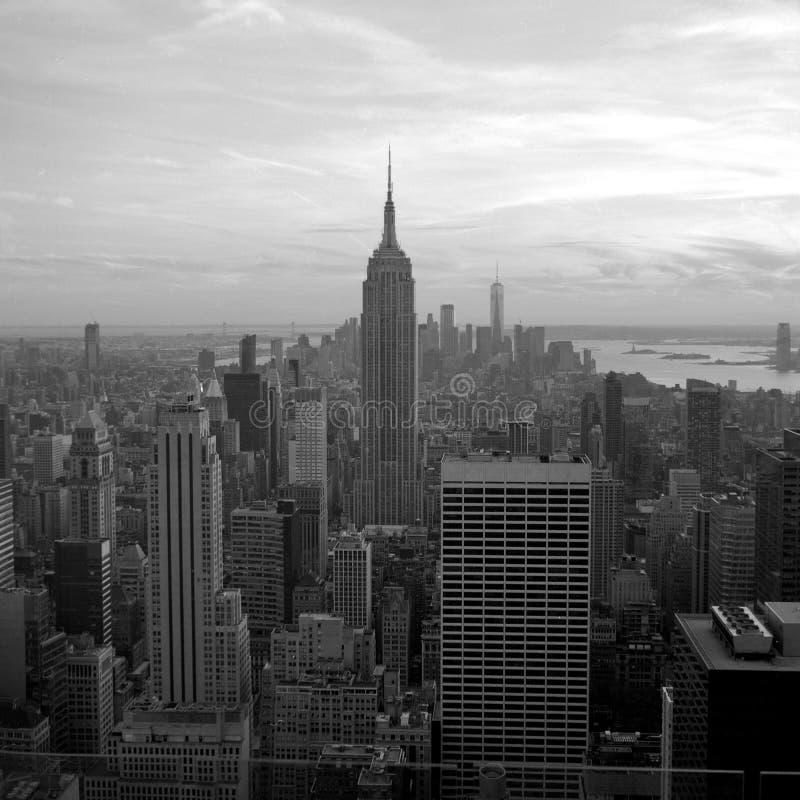 Άποψη του Εmpire State Building και του Λόουερ Μανχάταν Ανιχνευμένη γραπτή φωτογραφία ταινιών Συλλήφθείτε με ένα μέσο σχήμα SLR στοκ φωτογραφίες