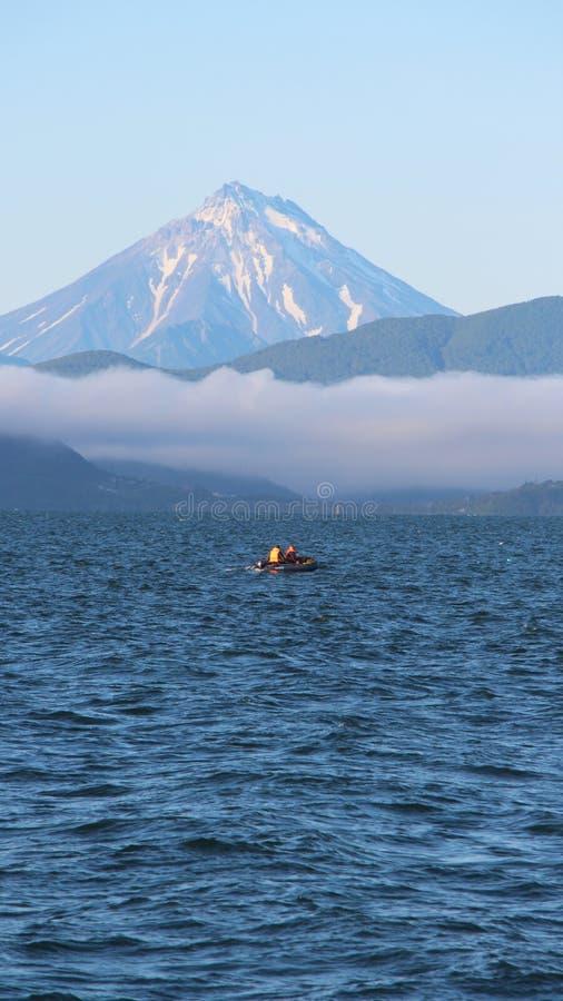 Άποψη του ηφαιστείου Vilyuchinsky από μια βάρκα τουριστών στοκ φωτογραφία με δικαίωμα ελεύθερης χρήσης