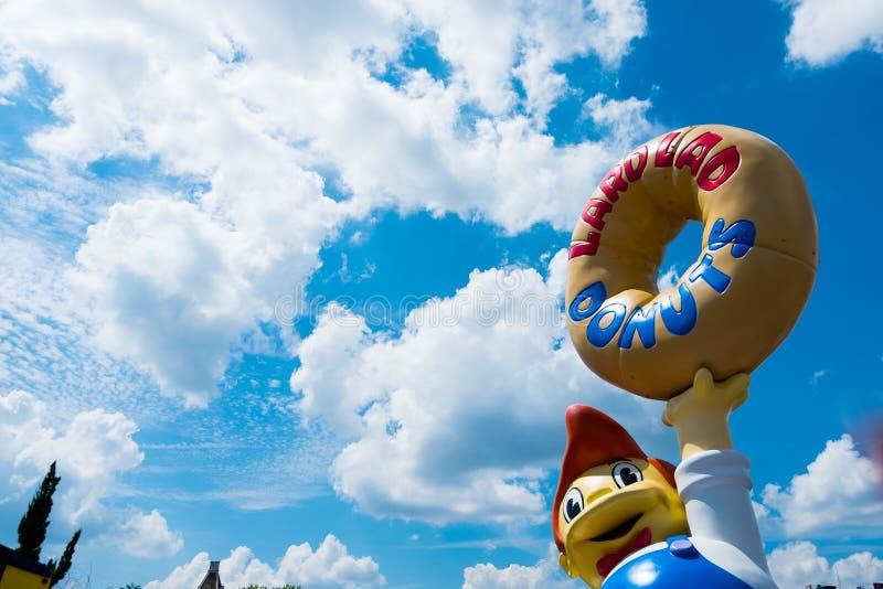 Άποψη του θεματικού πάρκου του Ορλάντο simpson στη Φλώριδα στην ηλιόλουστη θερινή ημέρα με τα donuts στο krustyland στοκ φωτογραφία