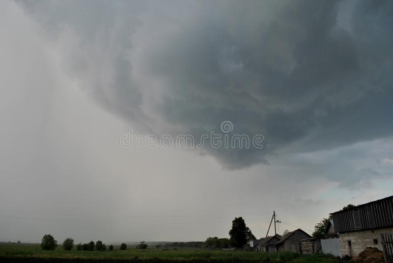 Άποψη του θυελλώδους ουρανού στην άκρη του χωριού στοκ εικόνες με δικαίωμα ελεύθερης χρήσης
