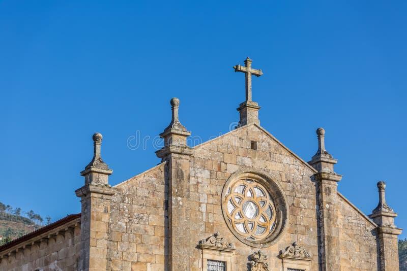 Άποψη του ιστορικού κτηρίου στις καταστροφές, μονή του ST Joao Tarouca, μπροστινή λεπτομέρεια προσόψεων της Romanesque εκκλησίας στοκ φωτογραφία με δικαίωμα ελεύθερης χρήσης
