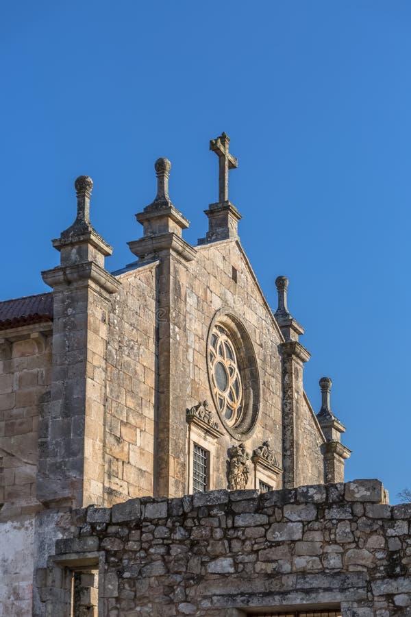 Άποψη του ιστορικού κτηρίου στις καταστροφές, μονή του ST Joao Tarouca, μπροστινή λεπτομέρεια προσόψεων της Romanesque εκκλησίας στοκ εικόνα