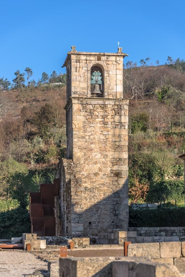 Άποψη του ιστορικού κτηρίου στις καταστροφές, μονή του ST Joao Tarouca, λεπτομέρεια του sineria πύργων της μονής του cister στοκ φωτογραφία