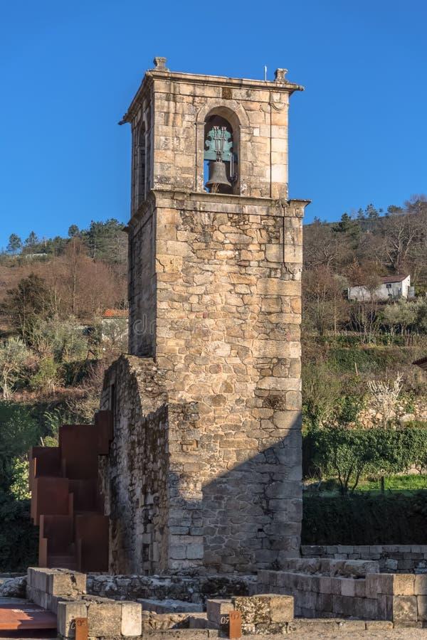 Άποψη του ιστορικού κτηρίου στις καταστροφές, μονή του ST Joao Tarouca, λεπτομέρεια του κουδουνιού πύργων της μονής του cister στοκ φωτογραφία