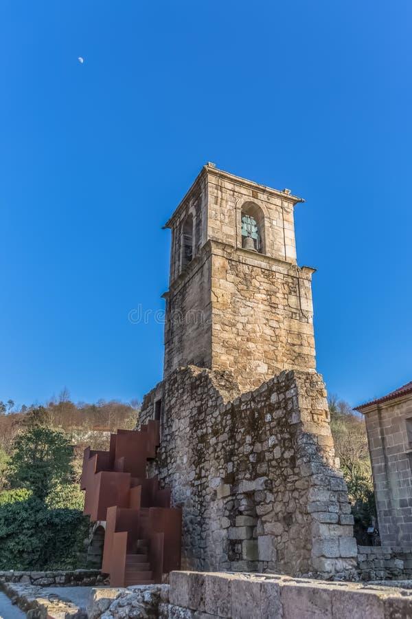Άποψη του ιστορικού κτηρίου στις καταστροφές, μονή του ST Joao Tarouca, λεπτομέρεια του sineria πύργων της μονής του cister στοκ φωτογραφία με δικαίωμα ελεύθερης χρήσης
