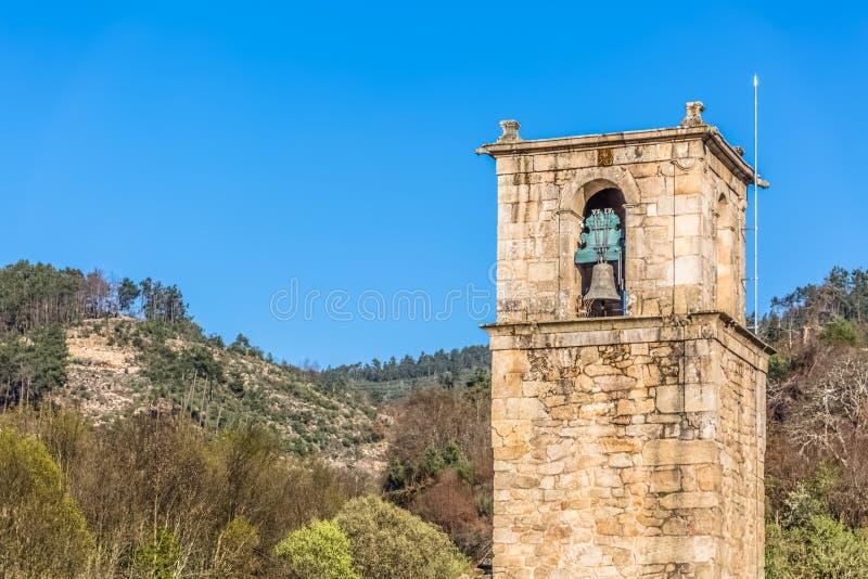 Άποψη του ιστορικού κτηρίου στις καταστροφές, μονή του ST John Tarouca, λεπτομέρεια του κουδουνιού πύργων της μονής του cister στοκ εικόνα με δικαίωμα ελεύθερης χρήσης