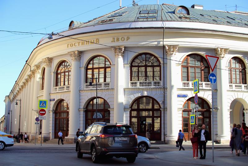 Άποψη του ιστορικού κτηρίου Gostiny Dvor με την όμορφη αρχιτεκτονική στοκ εικόνα με δικαίωμα ελεύθερης χρήσης