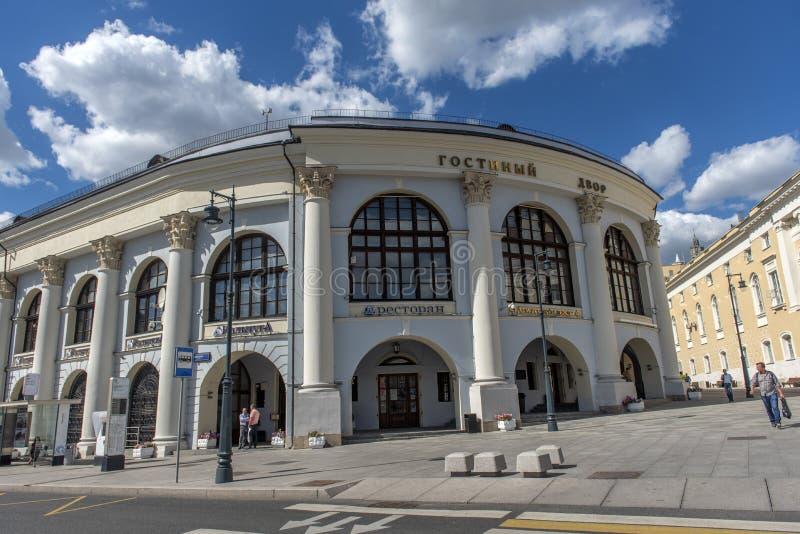 Άποψη του ιστορικού κτηρίου Gostiny Dvor με την όμορφη αρχιτεκτονική στοκ εικόνες με δικαίωμα ελεύθερης χρήσης