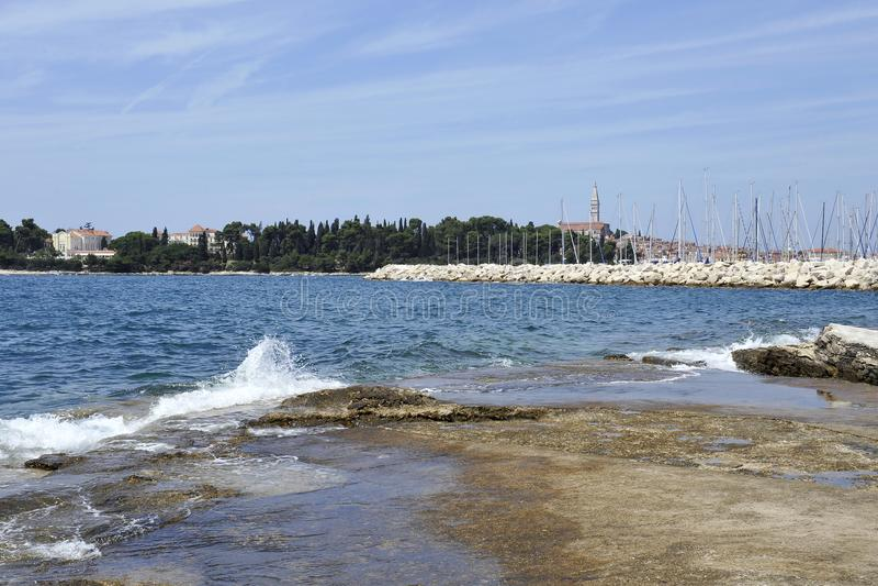 Άποψη του ιστορικού μέρους Rovinj στην Κροατία Επάνω από τις πόλης ανόδους η εκκλησία του ST Euphemia Αδριατική θάλασσα με ένα κα στοκ φωτογραφία με δικαίωμα ελεύθερης χρήσης