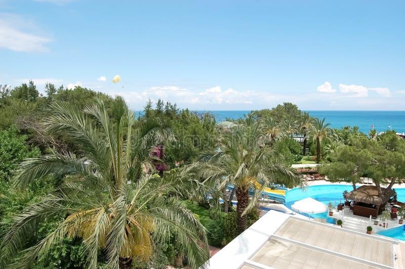 Άποψη του κήπου, της λίμνης και της θάλασσας στο μεσογειακό θέρετρο στοκ φωτογραφίες με δικαίωμα ελεύθερης χρήσης