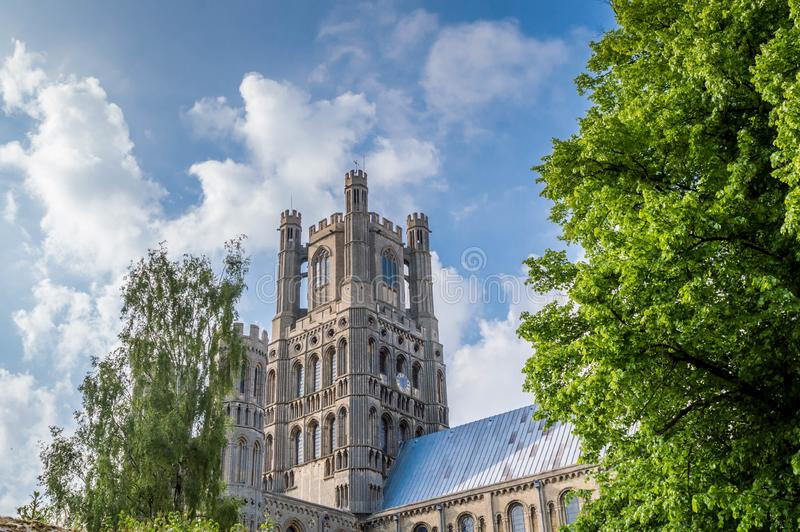Άποψη του καθεδρικού ναού Ely ενάντια σε έναν μπλε ουρανό με τα μερικά σύννεφα, Cambridgeshire, Norfolk στοκ εικόνες με δικαίωμα ελεύθερης χρήσης