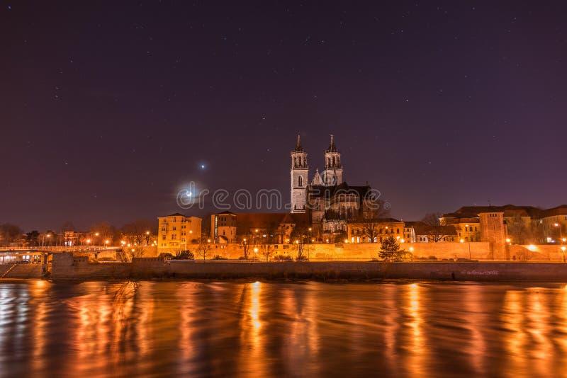 Άποψη του καθεδρικού ναού Magdeburg και του ποταμού Elbe τη νύχτα με στοκ εικόνες με δικαίωμα ελεύθερης χρήσης