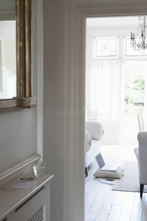 Άποψη του καθιστικού μέσω Doorframe στοκ εικόνα με δικαίωμα ελεύθερης χρήσης