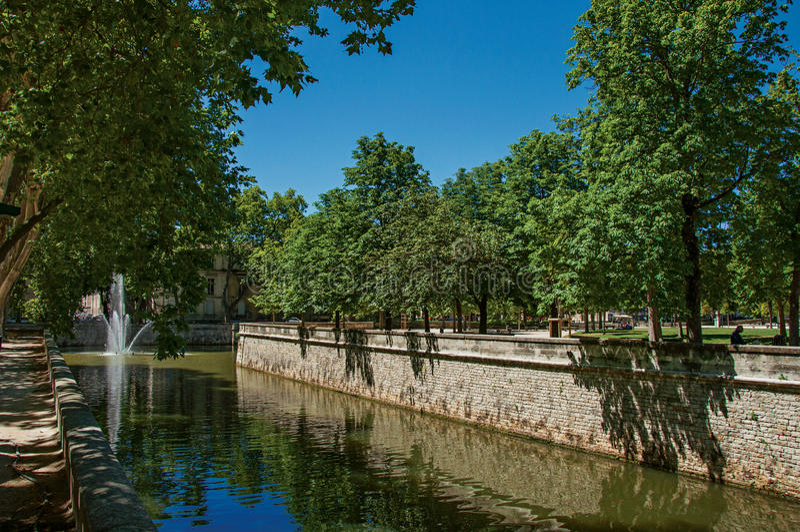 Άποψη του καναλιού στους 18ους κήπους της πηγής στο Νιμ στοκ εικόνες με δικαίωμα ελεύθερης χρήσης