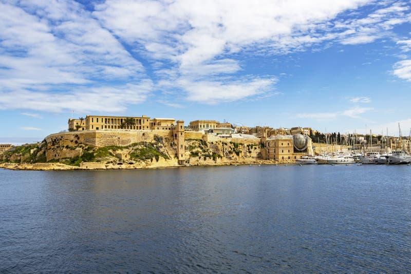 Άποψη του κολπίσκου Kalkara με τα μέρη του ναυπηγείου βαρκών και του νοσοκομείου Bighi σε Kalkara, Μάλτα στοκ εικόνα με δικαίωμα ελεύθερης χρήσης