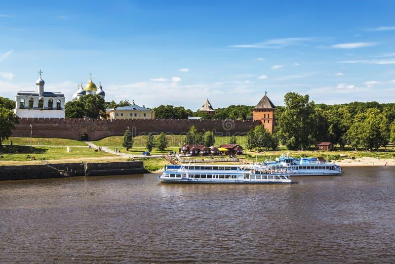 Άποψη του Κρεμλίνου και του περιπάτου με μια αποβάθρα για τις βάρκες τουριστών Veliky Novgorod, στοκ εικόνες