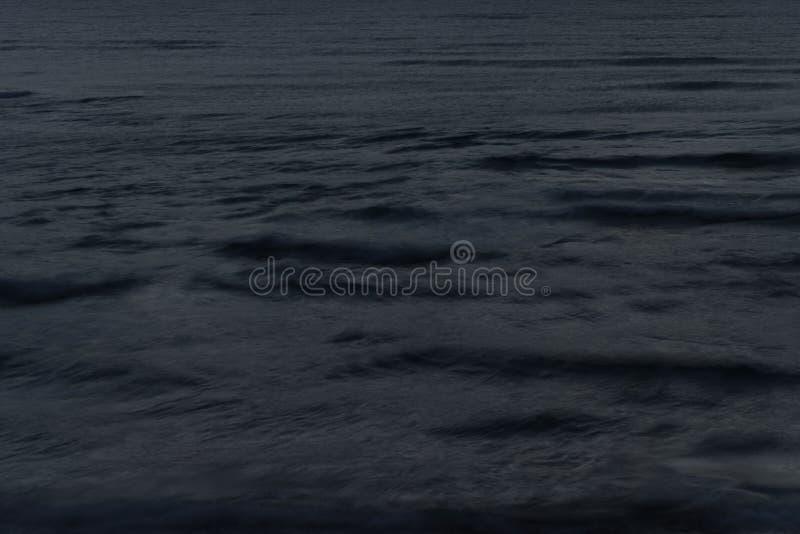 Άποψη του κύματος θάλασσας με μια μακροχρόνια έκθεση τη νύχτα στοκ εικόνες με δικαίωμα ελεύθερης χρήσης