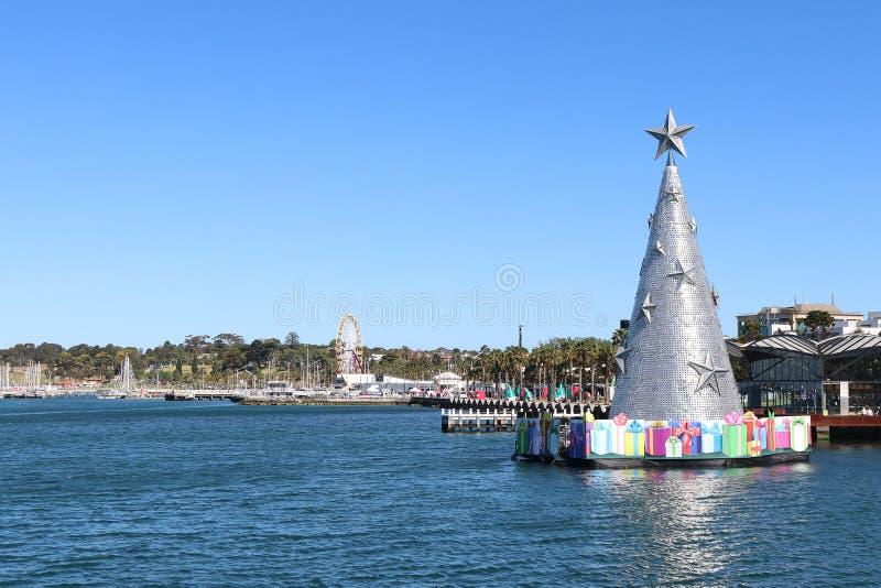Άποψη του 25 μέτρο υψηλού επιπλέοντος χριστουγεννιάτικου δέντρου από την αποβάθρα Cunningham, στην προκυμαία Geelong στοκ εικόνες με δικαίωμα ελεύθερης χρήσης