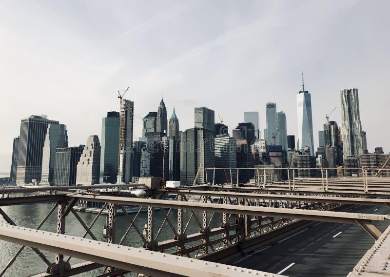 Άποψη του Μανχάταν από τη γέφυρα του Μπρούκλιν στοκ εικόνες