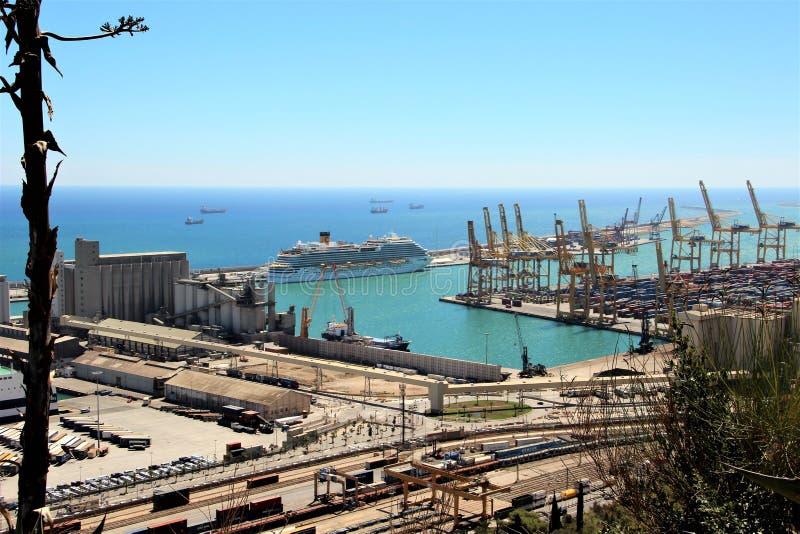 Άποψη του μεγάλου εμπορικού λιμένα της Βαρκελώνης από τους περιβάλλοντες λόφους στοκ εικόνα