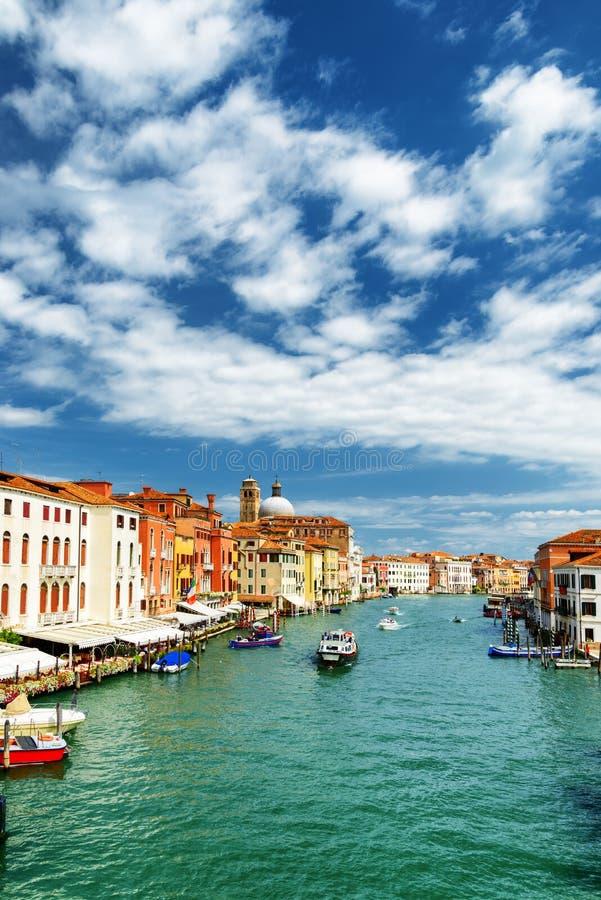 Άποψη του μεγάλου καναλιού με τις βάρκες στη Βενετία, Ιταλία στοκ φωτογραφία με δικαίωμα ελεύθερης χρήσης