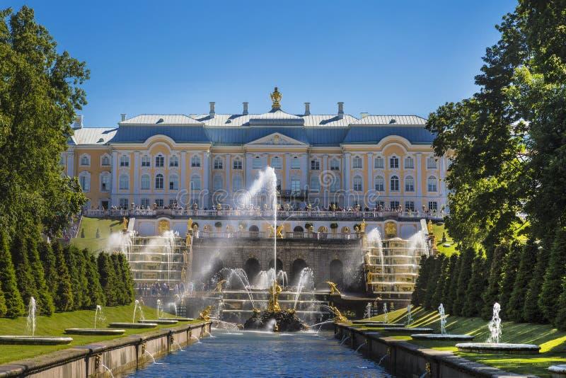 """Άποψη του μεγάλου παλατιού Peterhof, πηγές """"μεγάλος καταρράκτης """"και """"Samson λυσσασμένο το στόμα του λιονταριού """"από το κανάλι θά στοκ εικόνες με δικαίωμα ελεύθερης χρήσης"""