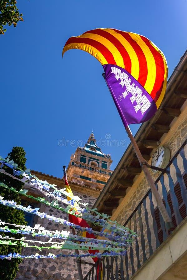 Άποψη του μεσαιωνικού μοναστηριού με την ανύψωση σημαιών Spanian στοκ εικόνα