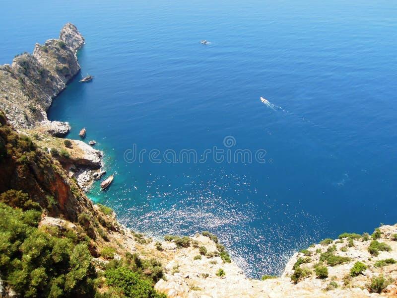 άποψη του μικρού λιμανιού με τα σκάφη από το βουνό στοκ φωτογραφία