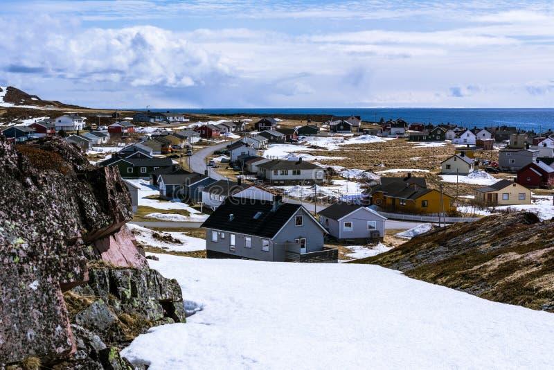 Άποψη του μικρού νορβηγικού χωριού στην ακτή στοκ φωτογραφίες με δικαίωμα ελεύθερης χρήσης